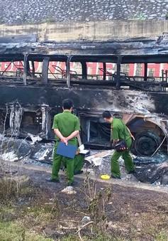 Xe giường nằm biển số Lào cháy trơ khung trên đường mòn Hồ Chí Minh