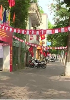 Đường phố Hà Nội rực rỡ cờ hoa trước ngày bầu cử