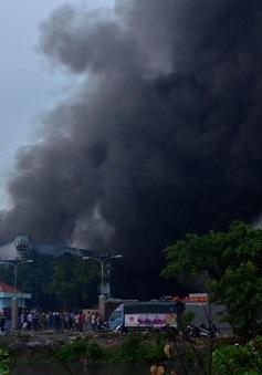 Sau 4 giờ vụ cháy công ty Nệm Vạn Thành, khói lửa vẫn bốc cao