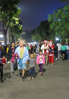 Rộn ràng không khí Giáng sinh trên phố đi bộ Hà Nội
