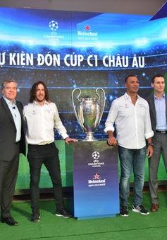 Cuồng nhiệt cùng Puyol và cúp Champions League ở Nhà hát lớn Hà Nội