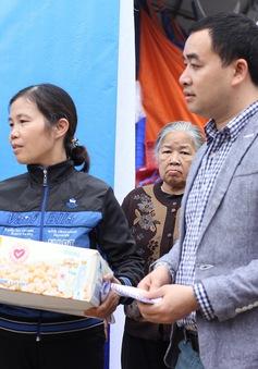 Quỹ Tấm lòng Việt trao quà cho tiểu thương chợ Phủ Lý sau vụ hỏa hoạn đêm 30/12