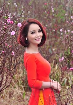 Mai Thu Huyền đẹp rạng ngời giữa vườn đào Hà Nội