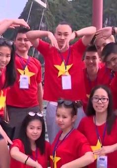 Đoàn thanh niên kiều bào khám phá Vịnh Hạ Long
