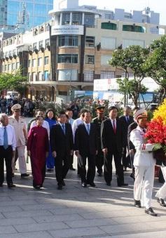 Dâng hương tưởng niệm Chủ tịch Hồ Chí Minh và Chủ tịch Tôn Đức Thắng tại TP.HCM