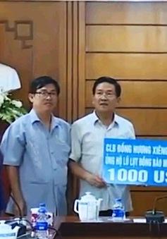ĐSQ Việt Nam tại Lào tiếp nhận tiền ủng hộ miền Trung