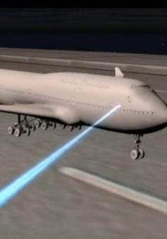 Chiếu đèn laser uy hiếp an toàn bay tại Nội Bài