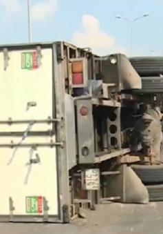 Đồng Nai: Xe tải chở sữa lật ngang đường