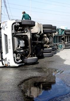 Bình Dương: Lật xe container, hàng trăm lít dầu tràn ra đường