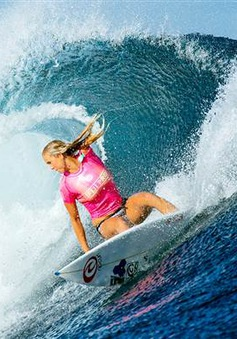 Nghị lực của cô gái mất tay mê lướt sóng
