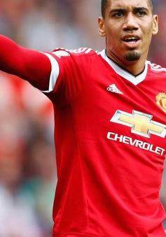 """Man Utd chê """"tiền tấn"""" vì Chris Smalling"""