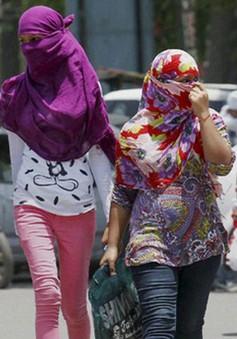 Ấn Độ nắng nóng, dép chảy dính chặt xuống mặt đường