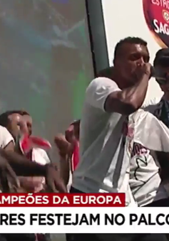 Nani và Renato Sanches trổ tài hát beatbox trong lễ ăn mừng của ĐT Bồ Đào Nha