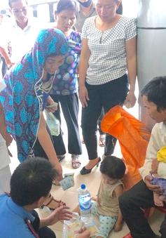 Xót xa chồng bế con nhỏ ngồi ở cửa bệnh viện xin tiền chữa bệnh cho vợ