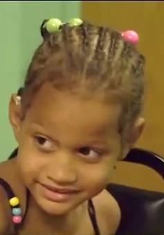 Cô bé khiếm thính lần đầu được nghe tiếng người thân