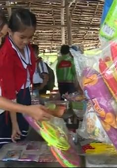 Hàng chục học sinh Kiên Giang nhập viện vì đồ chơi bom thối