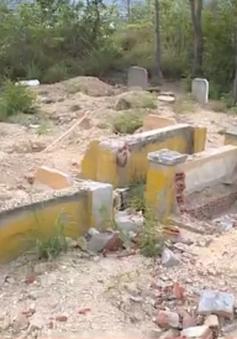 Hàng trăm người dân phẫn nộ vì mộ người thân bị đào bới