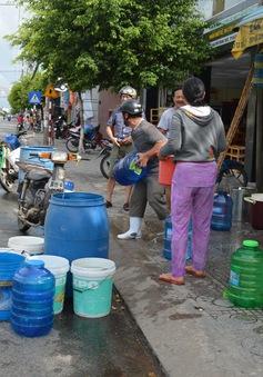 Huy động 5 sà lan chở nước ngọt cho người dân Rạch Giá