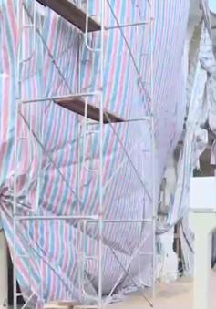 """Hà Nội đình chỉ thi công ngôi nhà """"nuốt"""" cột điện"""