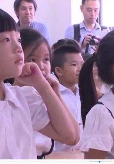 Học sinh tiểu học hứng thú trong giờ học tiếng Nhật