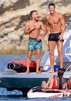 Sắp hồi phục chấn thương, Ronaldo cười tít mắt trên du thuyền ở Ibiza