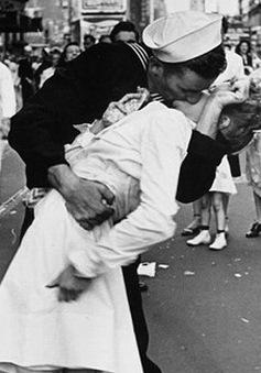 """Nhân vật chính của """"Nụ hôn trên Quảng trường Thời đại"""" qua đời"""