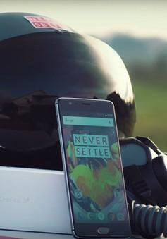 """Độc đáo màn """"đập hộp"""" OnePlus 3T trên... máy bay phản lực"""