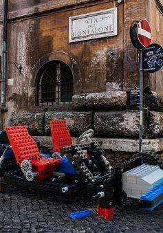 Thích thú với dàn xe Lego phóng to đổ bộ thành Rome