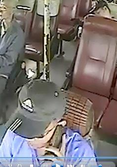 Đình chỉ công tác tài xế xe bus thả vô lăng, nghe điện thoại