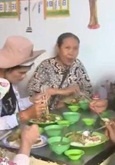 Ấm lòng quán cơm 2.000 đồng cho người nghèo ở Phú Yên