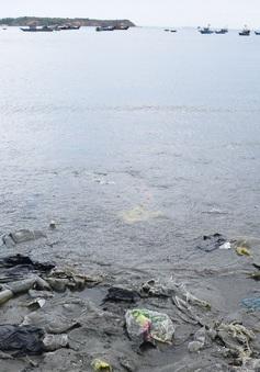 Quảng Bình: Khó xử lý rác thải đổ về bờ biển sau mưa lũ