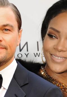 """Báo chí """"đánh nhau"""" vì nụ hôn giữa Leonardo và Rihanna"""