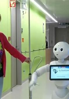 Robot lễ tân giúp đỡ bệnh nhân tại bệnh viện