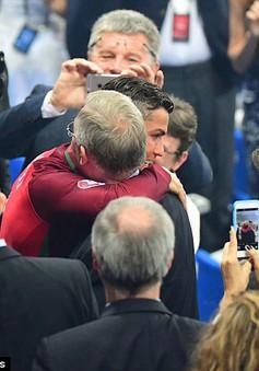 """Khoảnh khắc xúc động giữa """"cha"""" Alex Ferguson và """"hai đứa con"""" Nani, Ronaldo"""
