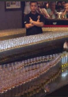 Trình diễn hiệu ứng domino bằng 4.500 ly rượu
