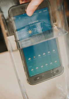 """Galaxy S7 Active """"chết cứng"""" sau khi bị ngâm nước"""