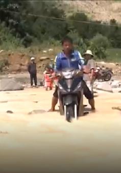 Mưa lũ gây tắc đường, cô lập vùng biên giới Quảng Nam