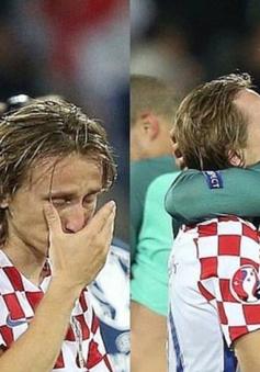 """Modric khóc ngất vì bại trận, """"soái ca"""" Ronaldo vỗ về an ủi"""