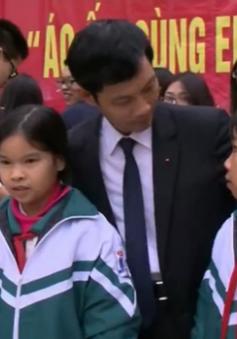 Trường THPT Chu Văn An trao 390 áo khoác ấm cho học sinh nghèo tỉnh Hà Nam
