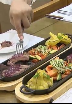 Làm bò bít tết Nhật ngon đúng điệu cùng giám khảo Vua đầu bếp Việt