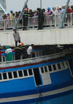 Cứu hộ thành công tàu cá mắc kẹt dưới gầm cầu Lê Hồng Phong