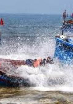 Quảng Ngãi: Tàu cá bị sóng đánh chìm khi vào bờ bán hải sản