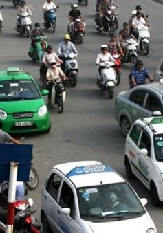 """Taxi ngoại tỉnh """"tấn công"""" nội đô Hà Nội"""