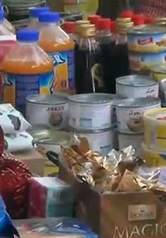 Không có tiền, người dân Yemen tìm mua thực phẩm sắp hết hạn