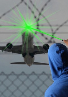 Scotland bắt giữ 5 người chiếu tia laser vào máy bay