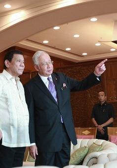 Tổng thống Philippines Duterte hát karaoke với Thủ tướng Malaysia