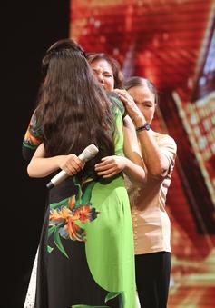 Nhân tố bí ẩn: Giọng ca 17 tuổi bật khóc nức nở khi gặp mẹ từ Mỹ về