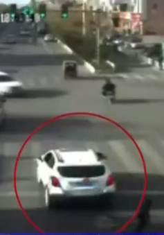 Bị cuốn vào gầm ô tô, cậu bé Trung Quốc may mắn sống sót