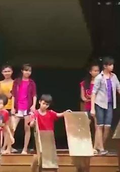 Sớm đưa học sinh vùng lũ Quảng Bình trở lại trường học