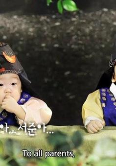 Cặp song sinh nổi tiếng xứ Hàn bất ngờ xuất hiện ở Việt Nam